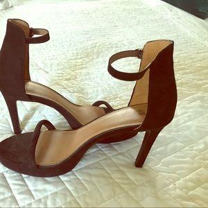 Black sandal pumps